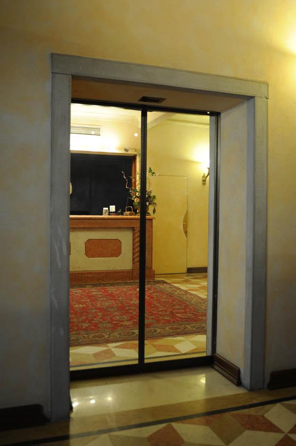 Ingresso con porta scorrevole in vetro automacenter for Porta ingresso vetro